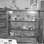 Bibeloty w mieszkaniu Grażyny Rutowskiej, lata 80. (NAC)