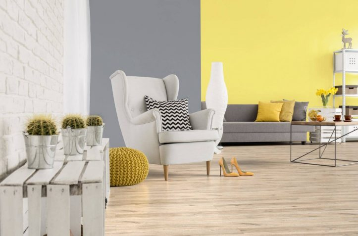 Wystrój-oparty-na-żółtych-i-szarych-odcieniach-jest-ciepły-i-przyjemny-dla-oka.-Na-zdjęciu-panele-podłogowe-Freedom-4V-Dąb-Brooks.-Fot-RuckZuck