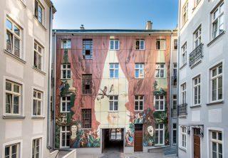 Artystyczne podwórko Wojciecha Siudmaka, przy ulicy Więckowskiego 4 w Łodzi