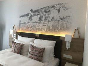 Grafika z goralskim motywem w hotelu Aquarion w Zakopanem